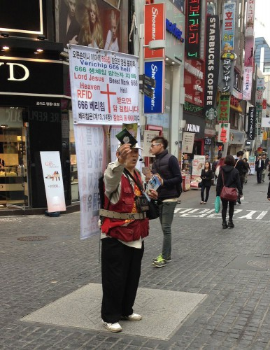 Un évangéliste de rues à Séoul. [Jean-Christophe Emery - RTS]