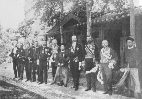 Victor Collin de Plancy, ministre de France à Séoul, et les ambassadeurs étrangers devant le Cercle diplomatique, fin XIXe siècle, photographie anonyme.